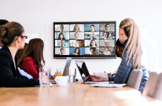 La-plateforme-de-communications-unifiees-de-zoom-affiche-jusqu-a-49-vignettes de profil sur le même écran.